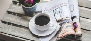 Bild på tidskrift och kopp kaffe.