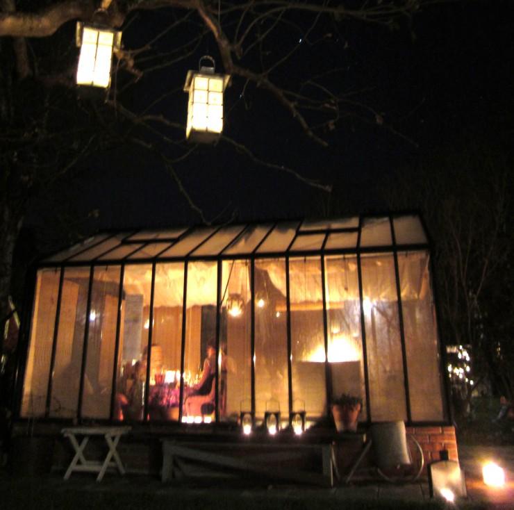 En underbar plats för en middag i november: Ett växthus fyllt av stearinljus.